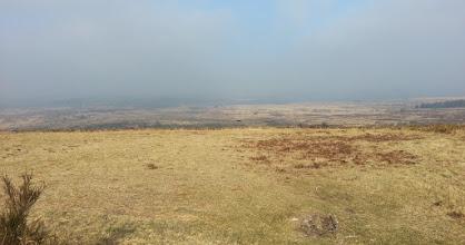 Photo: Vue est depuis le Mt St Michel, avec le Yeun Ellez (et le réservoir St-Michel qu'on aperçoit dans la brume.