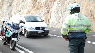 Un agente de la Guardia Civil de Tráfico, durante un control.