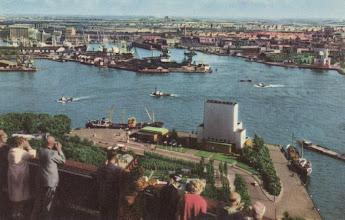 Photo: [1960 ©-Gemeentearchief Rotterdam CAT PBK 4269] - http://www.gemeentearchief.rotterdam.nl] - Derde Katendrechtsehoofd - links de Tweede Katendrechtsehaven en rechts de Maashaven.