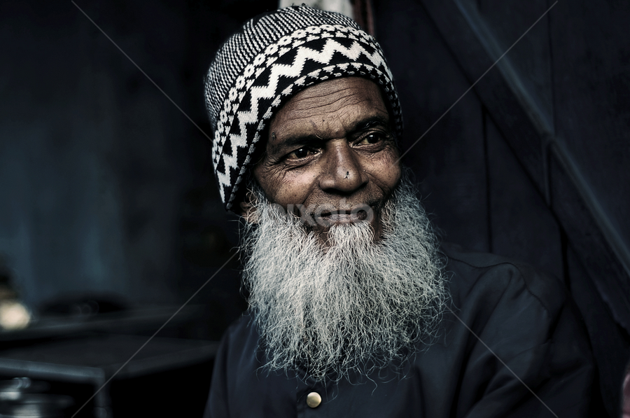 amused by Usman Irani - People Portraits of Men ( thoughts, old man, smile, , Travel, People, Lifestyle, Culture )