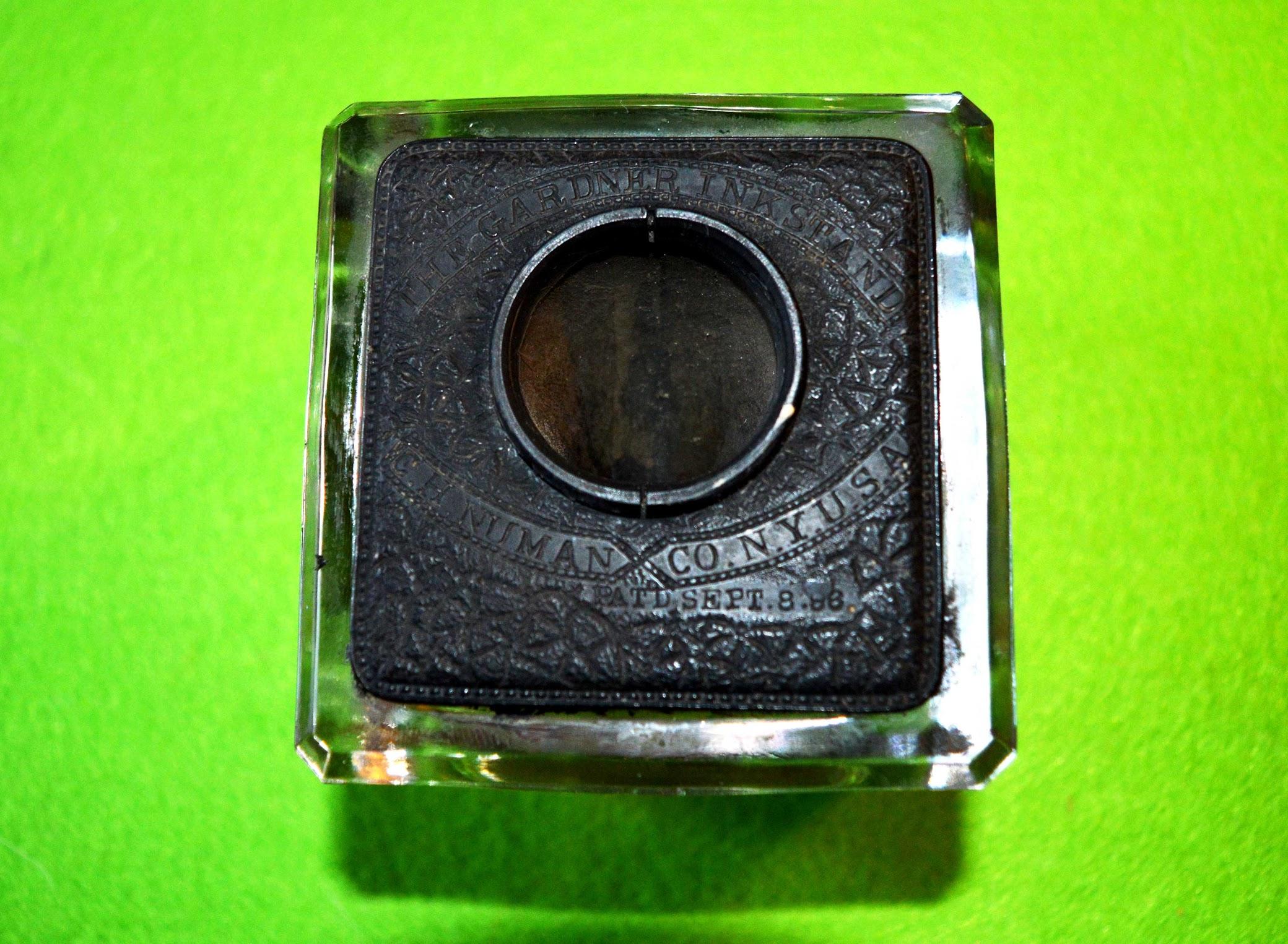 Tintenfass Gardner Inkstand, C. H. Numan Co., New York und Feder