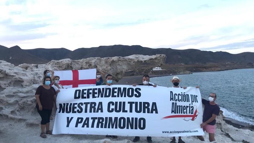 Integrantes de Acción por Almería, en Los Escullos.