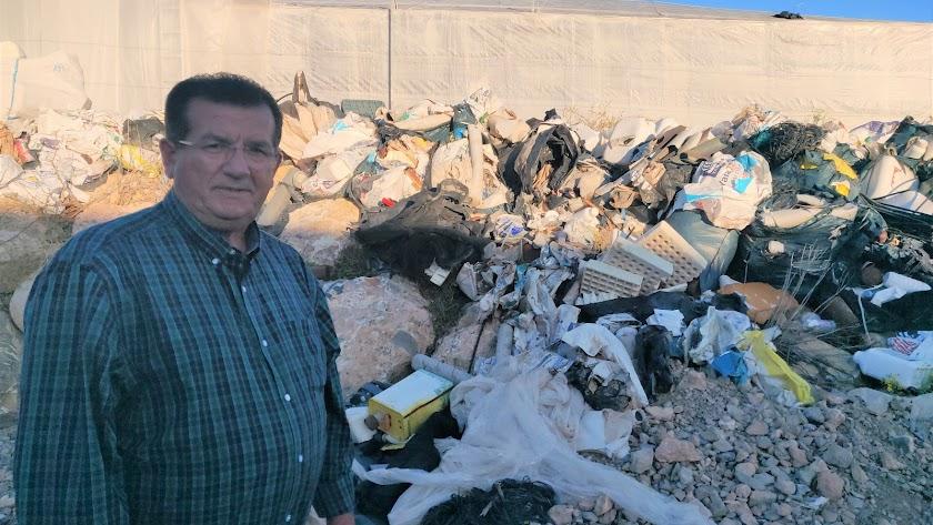 José Miguel Alarcón junto a algunos de los residuos en la rambla.