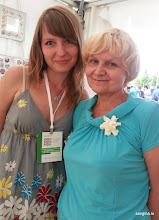 Photo: Сертифицированный мастер-инструктор по лепке из глины Deco Надежда Мамаева (слева) и посетитель фестиваля