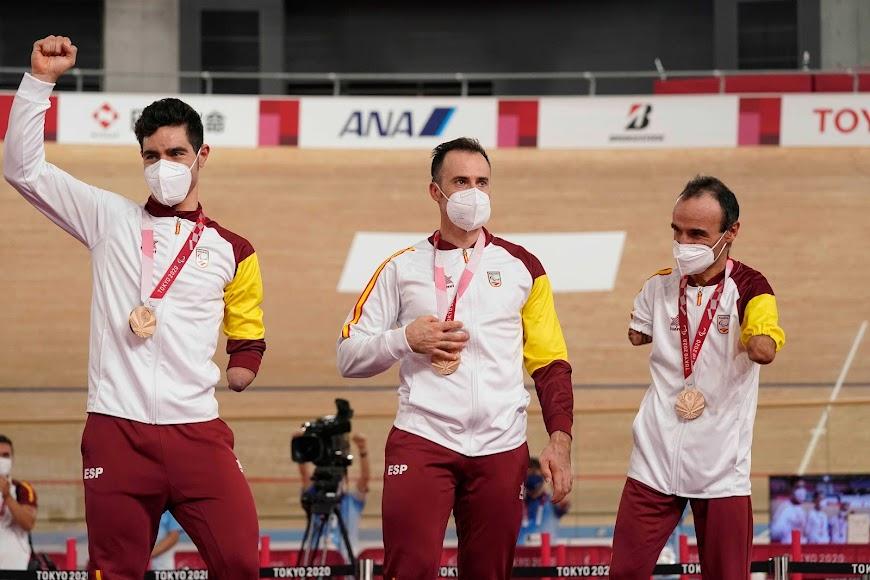 Un equipo de oro con Pablo Jaramillo en el centro de la imagen.
