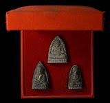 ลป.ทวด วัดช้างให้ รุ่น พุทธคุณกุญชร เนื้อผงว่าน ปี 2541 ชุดกล่อง 3 องค์ 3 พิมพ์!!!