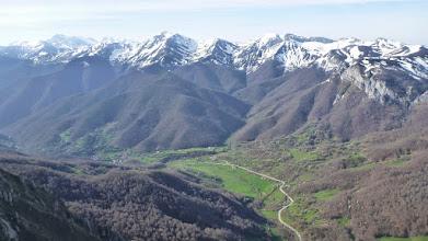 Photo: Una vista hacia Fuente Dé y la Vega del Maranco.