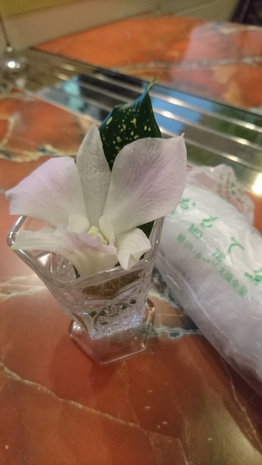 珈琲・洋菓子「ZAC」(ザック)。下北沢駅南口。待ち合わせにも好都合。各テーブルに置いてある ちょっとした 花瓶 ? オブジェ ? が、かわいかった。