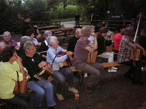 Photo: Zuhörer beim Alphornvortrag. Für uns auch eine Überraschung