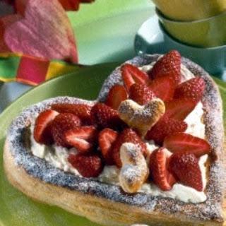 Blätterteig-Herz mit Mascarpone und Erdbeeren