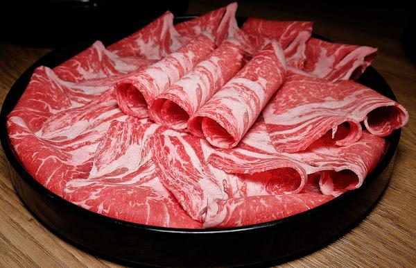 兩個人各498就有好湯頭的麻辣鍋, 還有天使紅蝦海鮮盤,沙朗牛與黑鮪魚生魚片!! 打狗霸 TAKAO 1972 德立莊店