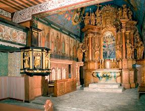 Photo: Interiér Dreveného gotického kostolíka, obraz na hlavnom oltári s motívom zobrazenia Všetkých svätých.