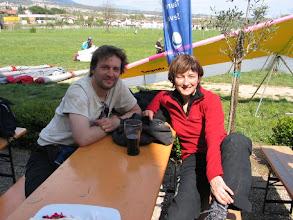 Photo: Gelandet! In Semonzo bei Bassano del Grappa. Christian mit seinem Drachen, ich mit Resi.
