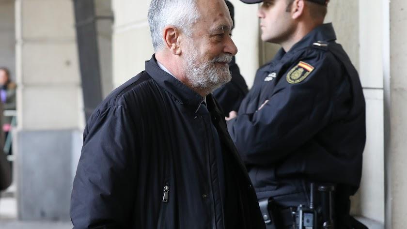 José Antonio Griñán entrando a la audiencia