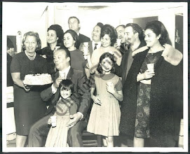 Photo: Tito Gobbi an seinem Geburtstag 1964 an der Metropolitan Opera. Neben Gobbi dessen Frau, dahinter Leila Gencer, Nivolai Ghiaurov und die junge Fiorenza Cossotto. Foto: Sammlung Fritz Krammer