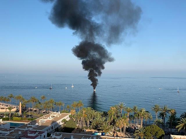 Espectacular columna de humo provocada por las llamas.