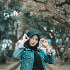 Looking  by Taufik Nur Hidayat - People Fashion ( muslim, fashion photography, hijab )
