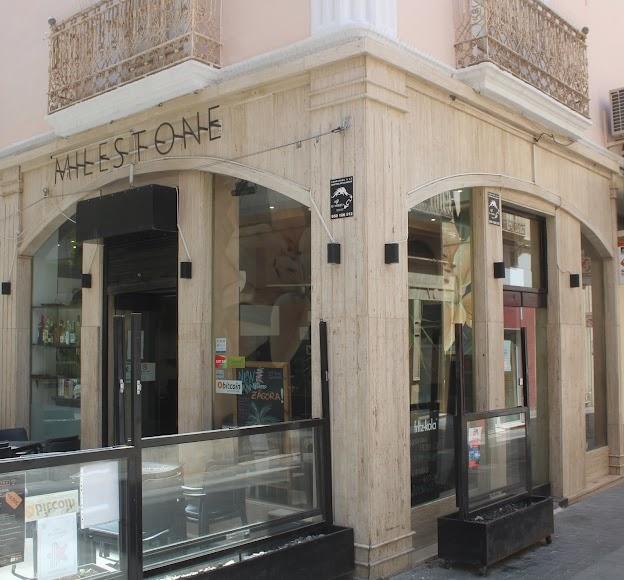Milestone, establecimiento hostelero ubicado en calle Castelar 5, con distintos menús de hamburguesas, entrantes y postres.