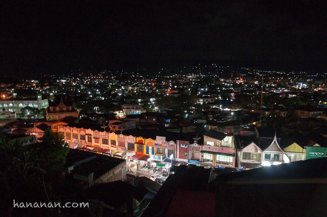 Pasar Bawah dari Pasar Atas di Bukittinggi pada malam hari.