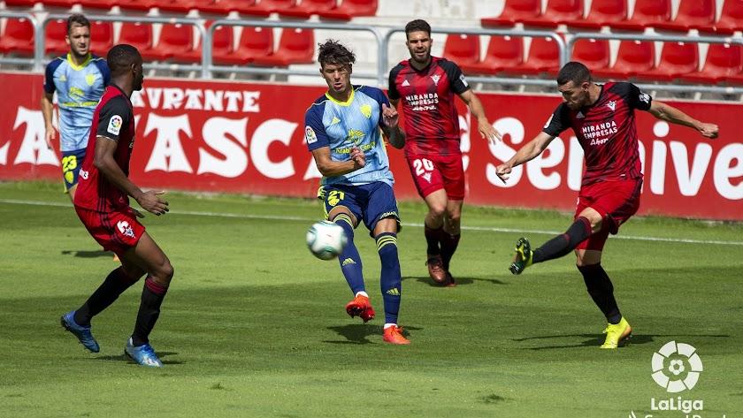 El delantero uruguayo del Almería ataca y también defiende