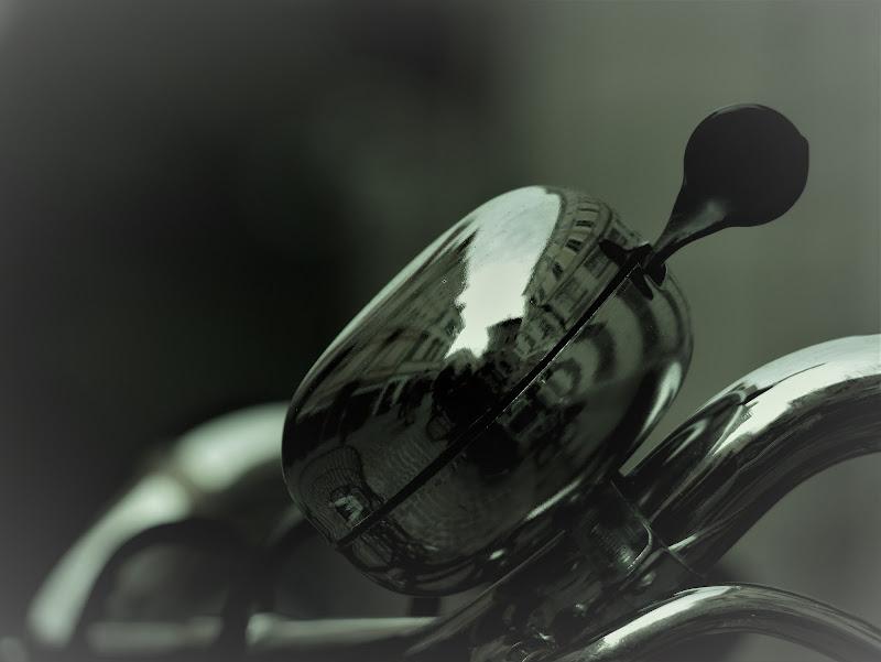 Suono e riflesso metallico di boomerang