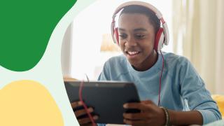 un niño con auriculares mirando un tablet