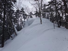 雪庇の脇を登る