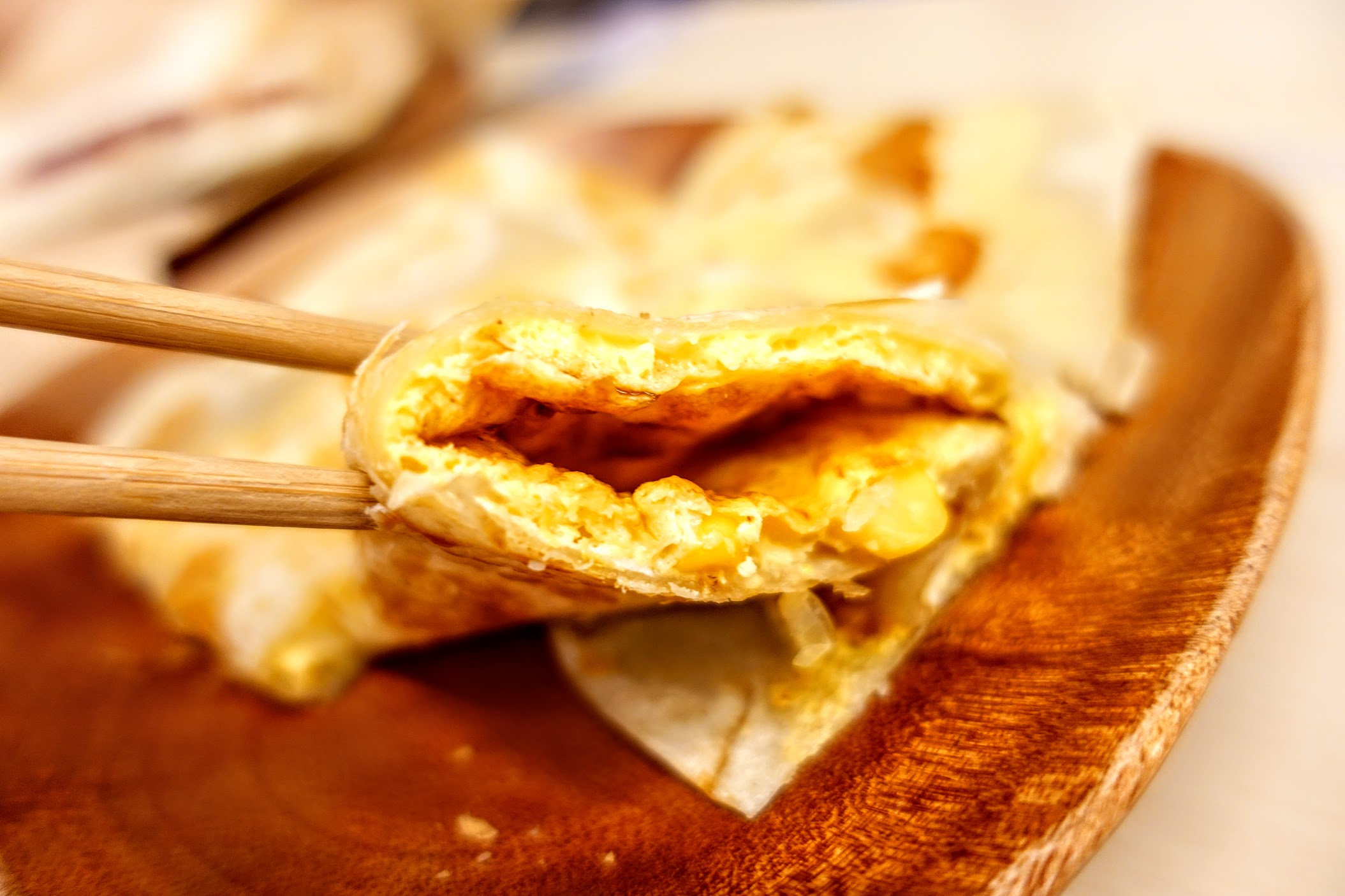餅皮是還蠻酥的,蛋厚也已經加了醬料在裡頭了...