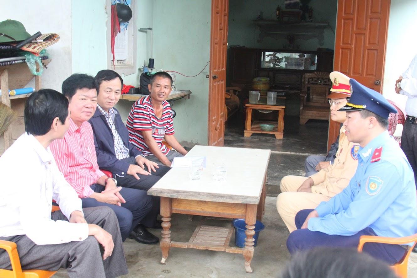 Thăm hỏi gia đình anh Nguyễn Văn Sáu ở xóm 2, xã Thuận Sơn