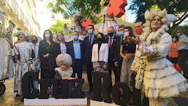 Posado de los representantes de las distintas instituciones de Almería en el Día de la Banderita organizado por Cruz Roja.