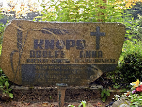 Photo: Perbone kapinėse matėme ne vieną įrašą, bylojantį, kad čia gyveno žmonės, giminiavęsi su Rerichais: iki šiol čia gyvena turintys pavardę Knopke, Šulc. Nebylūs antkapiai – istorijos liudininkai.
