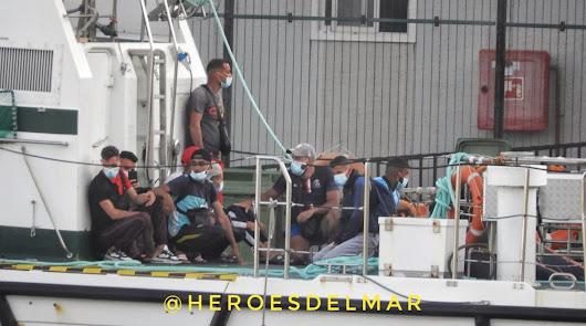 Rescatan a 26 personas, entre ellas un menor, de pateras a la deriva en Almería