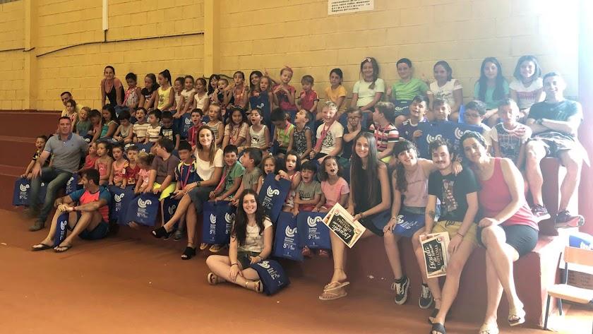 Foto de familia con los alumnos y monitores de las escuelas de verano de Cantoria.