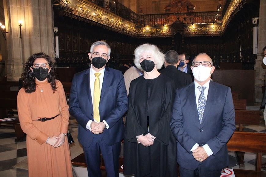 La Hermandad del Prendimiento junto al hermano y cuñada del nuevo obispo.