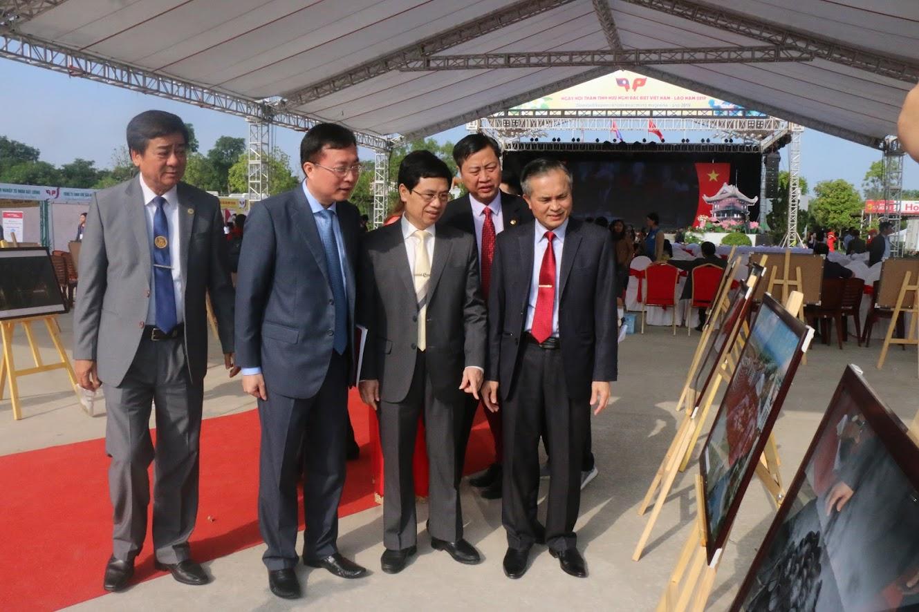 Các đại biểu tham quan triển lãm ảnh tình hữu nghị đoàn kết đặc biệt Việt Nam – Lào.