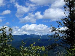 夕森山(中央左)と井出ノ小路山(中央右)
