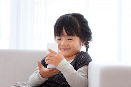 Tre co the tang nguy co mac chung tang dong khi su dung smartphone qua nhieu - Hinh 1