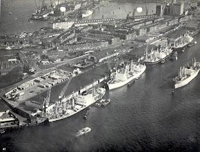 Photo: [omstreeks 1956 ©-verzameling KBO] - http://www.Katendrecht.info - Maashaven N.z. - links onder is de 'oude' Maashavenstraat met rechts daarvan het kantoor van de Havendienst en ook het trapje waar men destijds ging zwemmen.