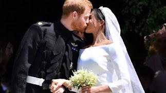 El beso de los novios, Harry y Meghan, ya duques de Sussex, a la salida de la iglesia de Windsor