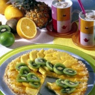 Bunter Obstkuchen mit Ananas, Kiwi und Clementinen auf Kokoscreme