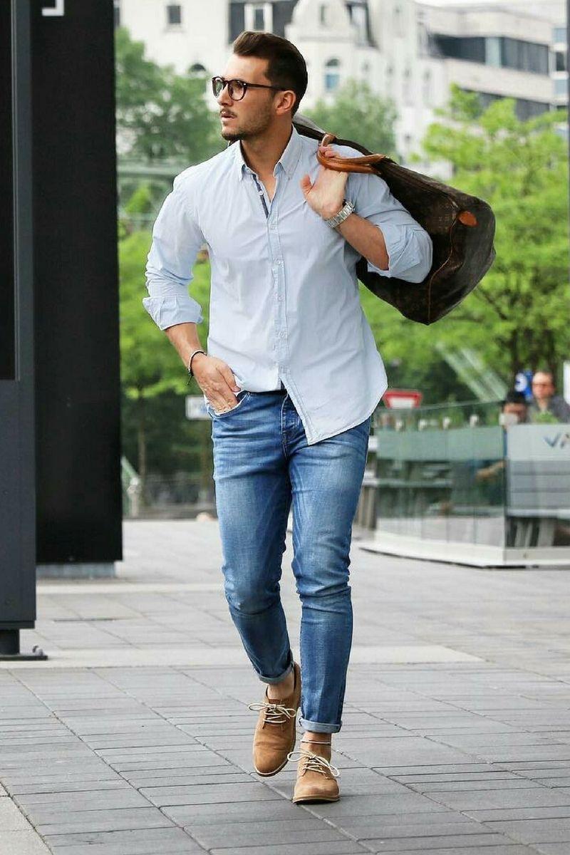 Kết hợp sơ mi nam trơn và quần jeans mang lại vẻ ngoài phóng khoáng, cá tính cho phái mạnh