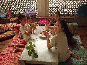 Photo: Titouan et Anton en atelier avec les personnels de la guest house Phranakorn Nornlen - Bangkok