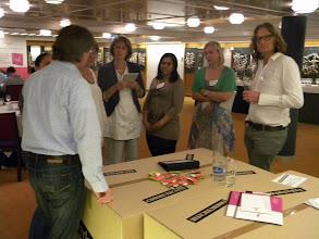 Photo: Team F_Op gesprek bij TOS + Accom.