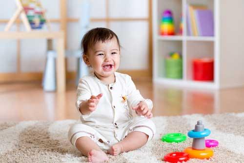 Cho bé tự chơi cũng là cách tập ngồi cho bé hiệu quả