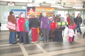 Photo: V Kolíně na nádraží se sešlo šest Veverek a šest Surikat