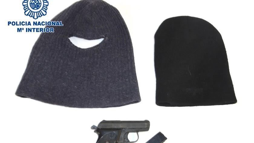 Arma y pasamontañas utilizados.