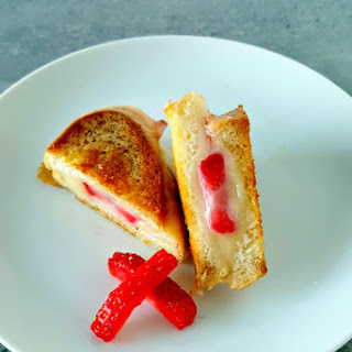 Strawberry Brie Grilled Cheese Bites for #FreshTastyValentines