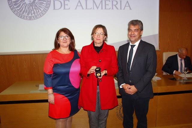 El rector de la UAL y la decana de la Facultad haciendo entrega de la Medalla de la Facultad de Psicología.