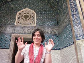 Photo: Julie continue de vous présenter les monuments: le pavillon des faïences d'Iznik.