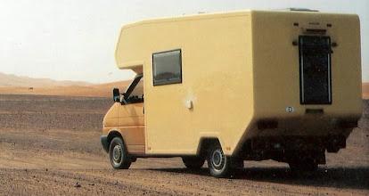 Photo: Am Erg Chebbi in Marokko. Hinten noch mit (störender) langer Schürze. Auch hinten ein hochkant eingebautes Seitz S4 Schiebefenster. Ausblick durch den Innenspiegel beim Fahren sehr wertvoll. Das Fenster wurde später  unten zusätzlich abgedichtet.